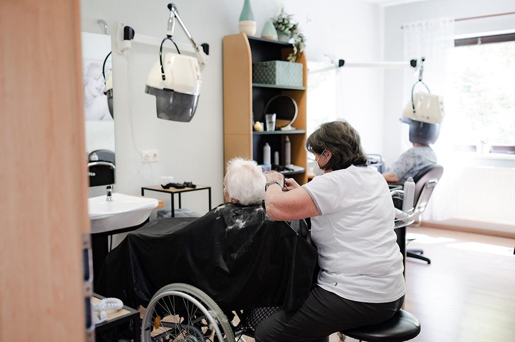Pflegeheimbewohner beim Friseur