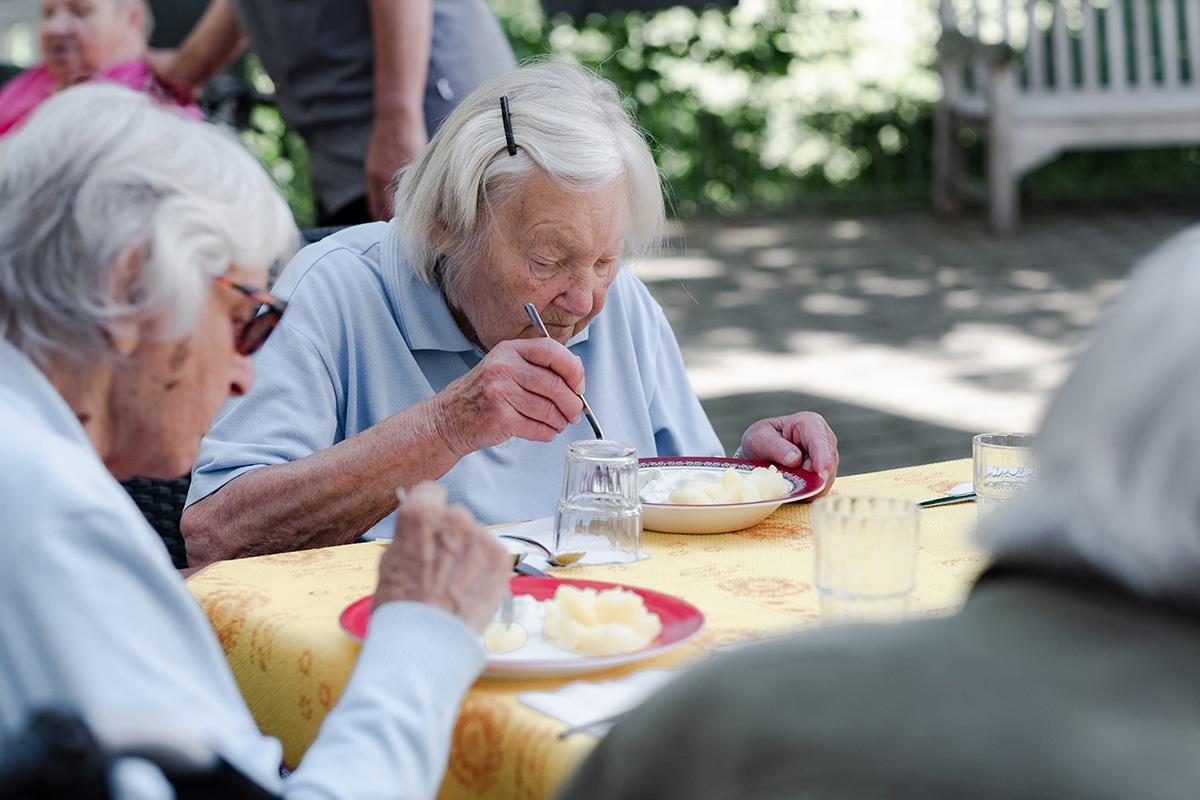 Pflegeheimbewohnerinnen beim Essen