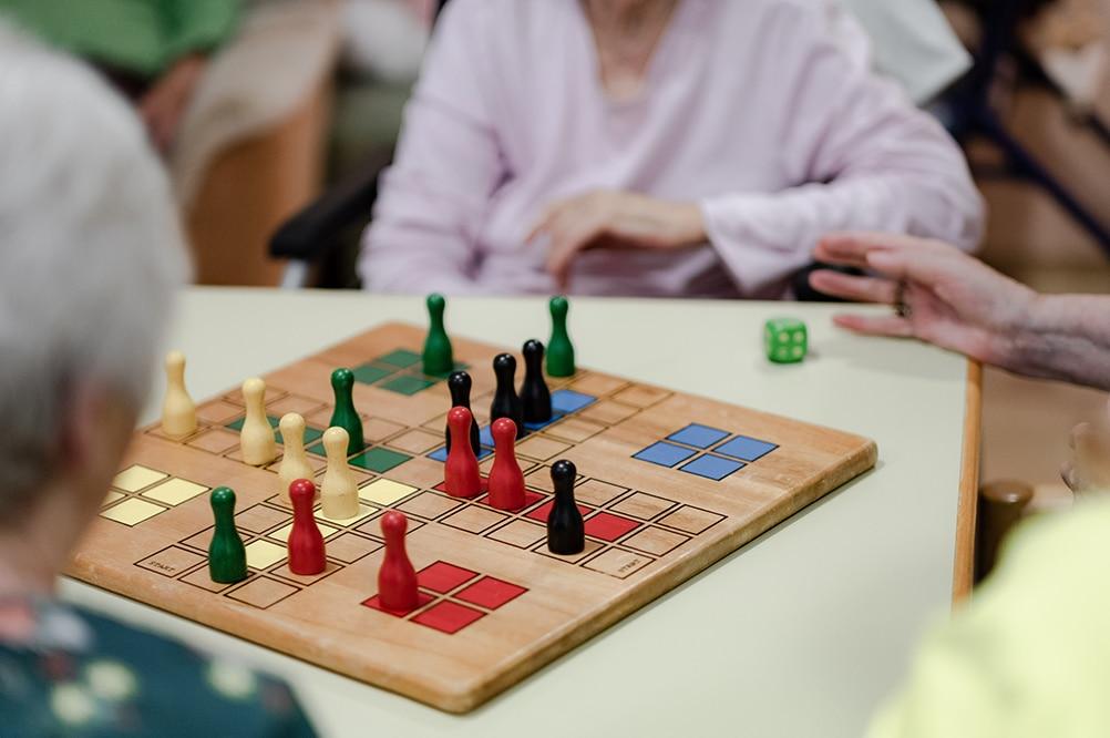 Senioren spielen Brettspiel