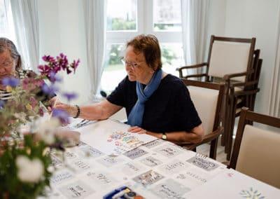 Seniorinnen in Tagespflege malen